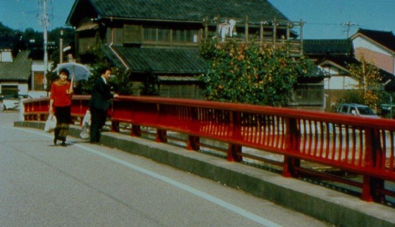 Photo du film : De l'eau tiède sous un pont rouge