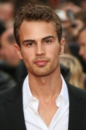 image de la star Theo James
