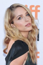 Jessica Rothe photo